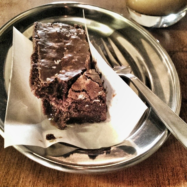 Salted caramel brownie break time. Back at Ronin. #sgfood #foodie #foodporn #foodphotography #sgeats #singapore #cafe #cafesingapore #ronin_sg #brownie #saltedcaramel #pickmeup